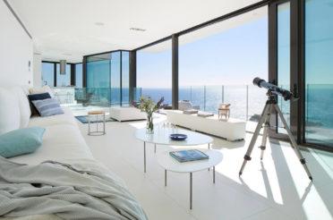 Интерьер с видом на море: решения в идеальной локации