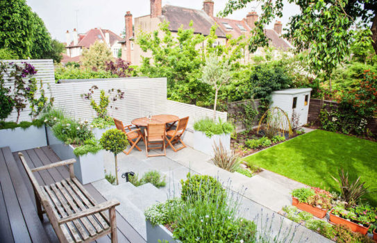 1 small garden 543x350 - Маленький сад: практичный дизайн заднего дворика дома