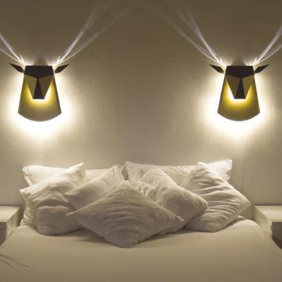 Оригинальные светильники в виде оленей над кроватью
