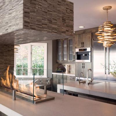 Камин в зоне рабочей зоны на кухне