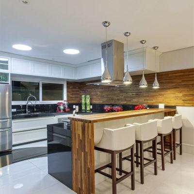Лампочки над барной стойкой на кухне