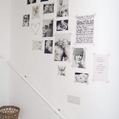 Фотографии на пролете лестницы