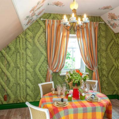 Зеленые фотообои на стене столовой
