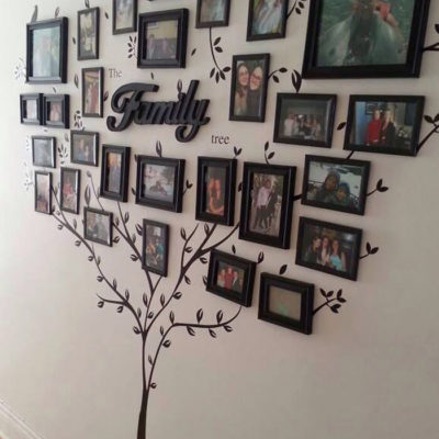 Дерево из фотографий всей семьи в интерьере
