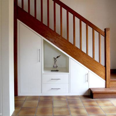 Уютный уголок под лестницей