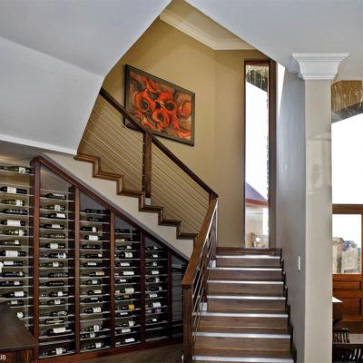 Лестница и домашний бар под ней