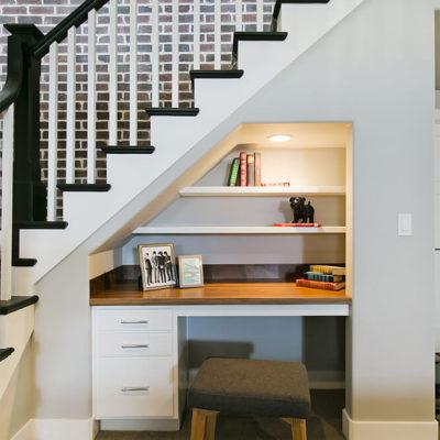 Уголок для работы под лестницей