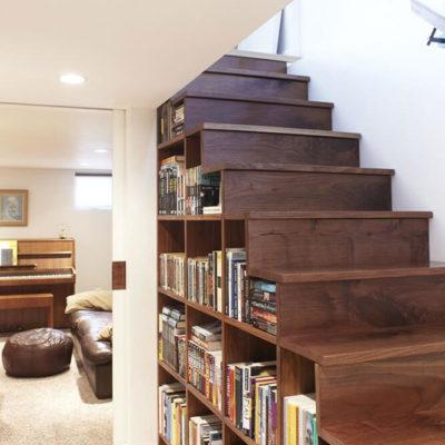 Книги под лестницей дома