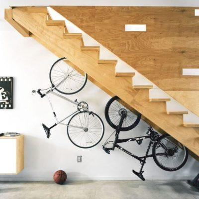 Велосипеды прикрепленные к низу лестницы