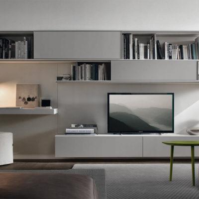 Организованное место для телевизора среди полок